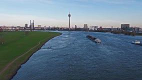 Duesseldorf, Germania - 6 aprile 2018: La nave Rimpen Ijssel del trasporto è guidare vuoto sul fiume il Reno vicino archivi video