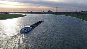 Duesseldorf, Germania - 6 aprile 2018: Trasporti il folletto della nave che consegna il carbone sul fiume il Reno da Duesseldorf archivi video