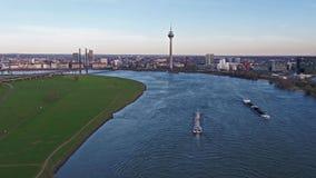 Duesseldorf, Germania - 6 aprile 2018: Trasporti la nave Ariane che consegna la ghiaia sul fiume il Reno da Duesseldorf video d archivio