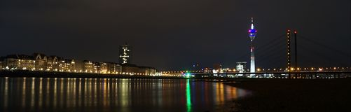 Duesseldorf an Nacht-Rhein-Panorama lizenzfreies stockbild