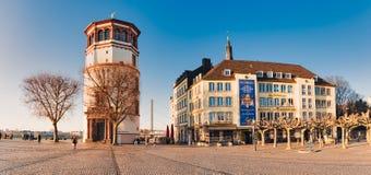 DUESSELDORF NIEMCY, LUTY, - 13, 2017: Unidentifed pedestrants crosssing Burgplatz przy rzecznym Rhine z zdjęcia royalty free