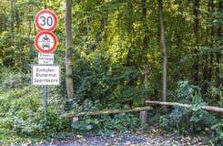 Duesseldorf Niemcy, Październik, - 05 2017: Szyldowy ostrzeżenie zakaźny equine anaemia EIA Przekład: Equine Zdjęcia Stock