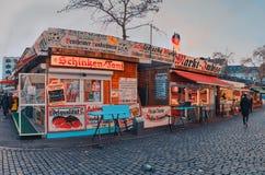 DUESSELDORF NIEMCY, STYCZE?, - 05, 2017: Hirh postanowienie, hyperrealistic widok na stacjonarnym rynku na Carlsplatz fotografia stock