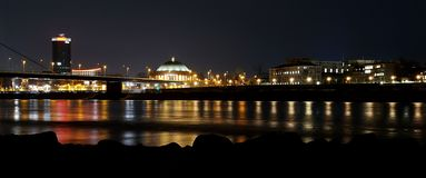 Duesseldorf på nattrhine panorama arkivbild