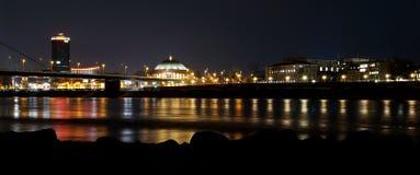 Duesseldorf przy nocy Rhine panoramą fotografia stock