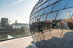DUESSELDORF TYSKLAND - JANUARI 20, 2017: Delar av den nya massmediahamnen reflekterar i det Chrome ägget Fotografering för Bildbyråer
