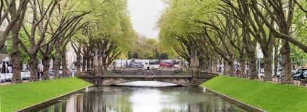 DUESSELDORF TYSKLAND - MAJ 03, 2017: Den lilla sselen för flod D flödar längs den berömda Koenigsalleen och inviterar för a Royaltyfri Bild