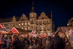 DUESSELDORF TYSKLAND - NOVEMBER 28, 2017: Unidentifeied pedestrants befolkar den upplysta julen marknadsför på Burgplatzen in Royaltyfria Bilder