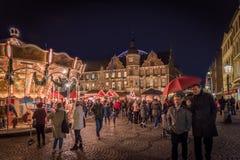 DUESSELDORF TYSKLAND - NOVEMBER 28, 2017: Unidentifeied pedestrants befolkar den upplysta julen marknadsför på Burgplatzen in Royaltyfri Foto