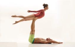 Duet van acrobaten, dat op witte achtergrond wordt geïsoleerd Stock Foto