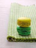 Dueto dos bolinhos de amêndoa no sabor do limão e da hortelã Imagem de Stock