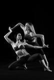 Duett av böjliga kvinnliga dansare Royaltyfria Bilder
