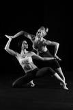 Duett av böjliga kvinnliga dansare Arkivfoton