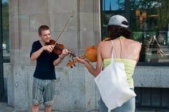 Duett av improvisationviolinister i gatan Arkivfoto