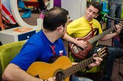 Duettmusikband av gitarrister som sjunger sånger för barn royaltyfri foto