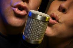 Duetto di canto delle coppie Fotografie Stock