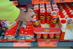 Duff Beer in un supermercato di Lidl fotografie stock