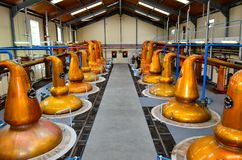 DUFFTOWN, ROYAUME-UNI - 5 SEPTEMBRE 2013 : Intérieur de hall de distillerie de Glenfiddich avec des distillateurs de pot photo stock