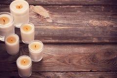 Duftende Kerzen auf hölzernem Hintergrund lizenzfreie stockfotos