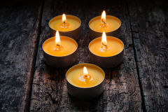 Duftende Kerzen, die auf einem hölzernen brennen Stockfotos