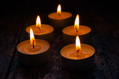 Duftende Kerzen, die auf einem Schwarzen brennen Stockfoto