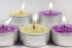 Duftende Kerzen, purpurrot und grün, auf Weiß stockbilder