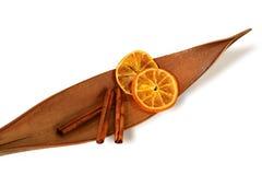 Duftende Zimtsteuerknüppel und orange Scheiben, Isolat Lizenzfreies Stockfoto