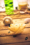 Duftendes Kerzenmeer schält hölzernen Hintergrund Lizenzfreie Stockbilder