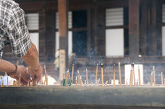 Duftsteuerknüppel, die im Tempel brennen Lizenzfreie Stockfotografie