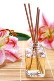 Duftsteuerknüppel oder Geruchdiffuser (zerstäuber) mit Blumen Stockfoto