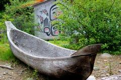 Dugout Kano met Inheemse Achtergrond Royalty-vrije Stock Afbeelding