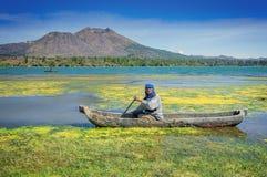 Dugoutkanot på Caldera sjön Batur Arkivfoton
