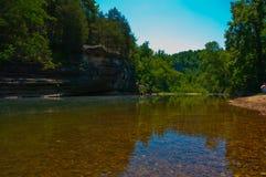 Duidelijk Arkansas Ozark Mountain River stroomt langzaam en regelmatig royalty-vrije stock foto's