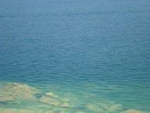 Duidelijk blauw Water van Meer Garda dichtbij Sirmione Stock Foto