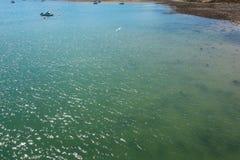 Duidelijk die water van Menai-Straat van een pijler van Anglesey-eiland wordt gezien stock afbeelding