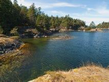 Duidelijk, diep water van verre rotsachtige kust Royalty-vrije Stock Afbeelding