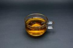 Duidelijk glas thee op zwarte Stock Afbeelding