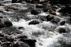 Duidelijk lopend water in het Nationale Park van Ecrins, Frankrijk stock afbeelding