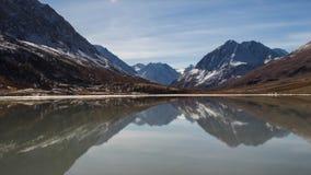 Duidelijk meer tussen hooggebergte met melkachtige schaduw Zonnige dag, de herfst Altaigebied Half frame stock videobeelden