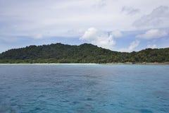 Duidelijk overzees water bij eiland Tasai Stock Foto's