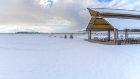 Duidelijk Panorama Expansief die landschap met onder sneeuw onder een bewolkte blauwe hemel in de winter wordt bedekt stock afbeeldingen