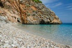 Duidelijk schildpadwater op strandcala della Capreria in natuurlijke reservezingaro, Sicilië stock foto