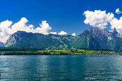 Duidelijk transparant azuurblauw Meer Thun, Thunersee, Bern, Zwitserland stock foto
