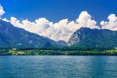 Duidelijk transparant azuurblauw Meer Thun, Thunersee, Bern, Zwitserland royalty-vrije stock afbeelding