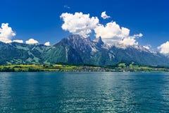 Duidelijk transparant azuurblauw Meer Thun, Thunersee, Bern, Zwitserland royalty-vrije stock afbeeldingen