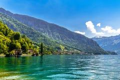 Duidelijk transparant azuurblauw Meer Thun, Thunersee, Bern, Zwitserland stock afbeeldingen