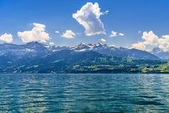 Duidelijk transparant azuurblauw Meer Thun, Thunersee, Bern, Zwitserland royalty-vrije stock fotografie