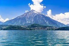Duidelijk transparant azuurblauw Meer Thun, Thunersee, Bern, Zwitserland royalty-vrije stock foto's