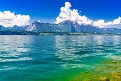 Duidelijk transparant azuurblauw Meer Thun, Thunersee, Bern, Zwitserland stock foto's