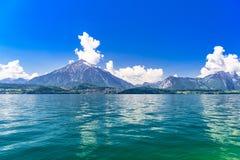 Duidelijk transparant azuurblauw Meer Thun, Thunersee, Bern, Zwitserland stock afbeelding